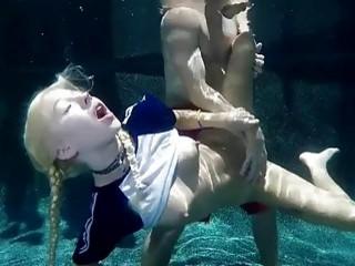 Kenzie Reeves follando debajo del agua