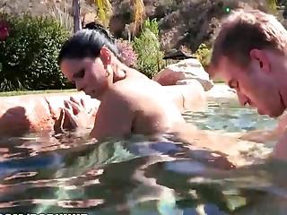 Latina Diamond Kitty follada anal en la piscina