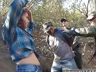 Chica atrapada y follada en la frontera al aire libre
