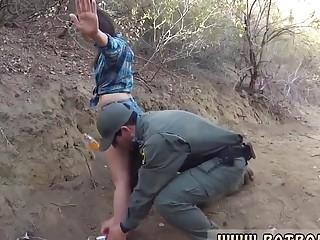 Para pasar por la frontera tiene que follar con la guardia